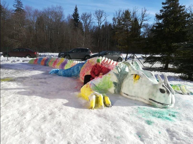 c1f74bc1894 Sõbrapäevaks valmis Saue lasteaed Midrimaa õuele vahva lumest lohe.