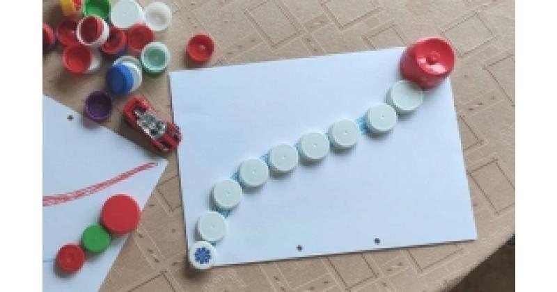 Väikelapse meisterdamine taaskasutusmaterjalist - piima ja mahlapudelikorkidest